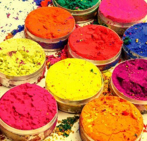रंग खेळण्यासाठी नैसर्गिक रंग कसे बनवावेत?